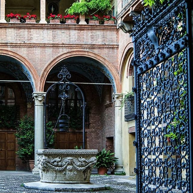 Pozzo in marmo e cancello in ferro battuto nel cortile interno